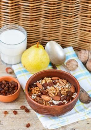 Granola aux fruits secs fait maison pour le petit déjeuner